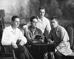 Отец - Михаил Абрамович Шадхан (в центре). Фото 1930-х гг.